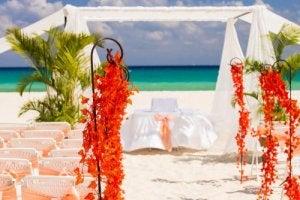 Udsmykningen af et bryllupsalter til et strandbryllup kan være mere uformelt