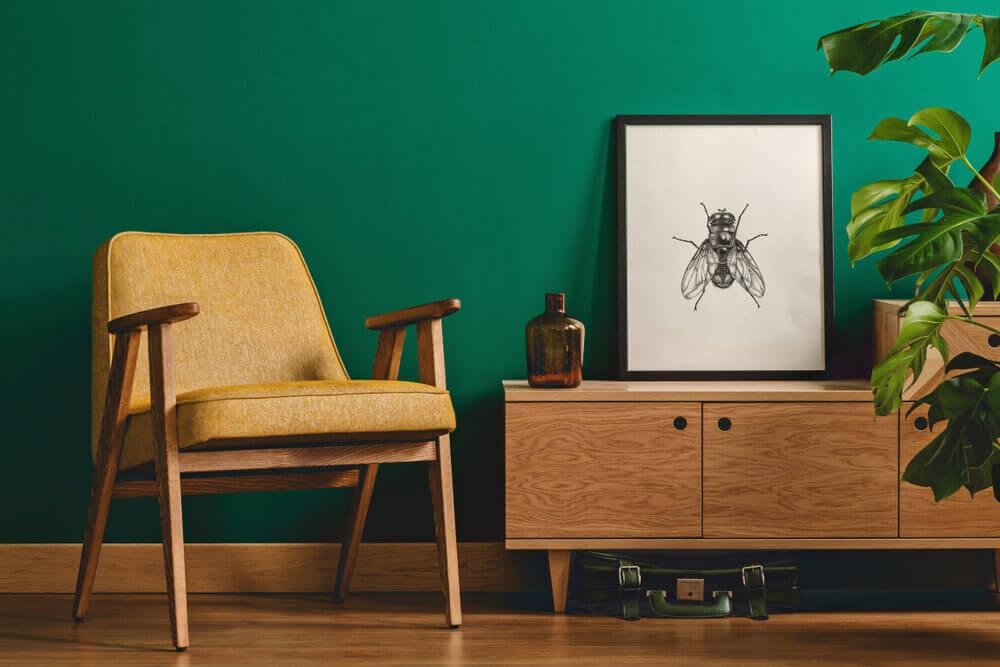 Stue indrettet med grøn væg