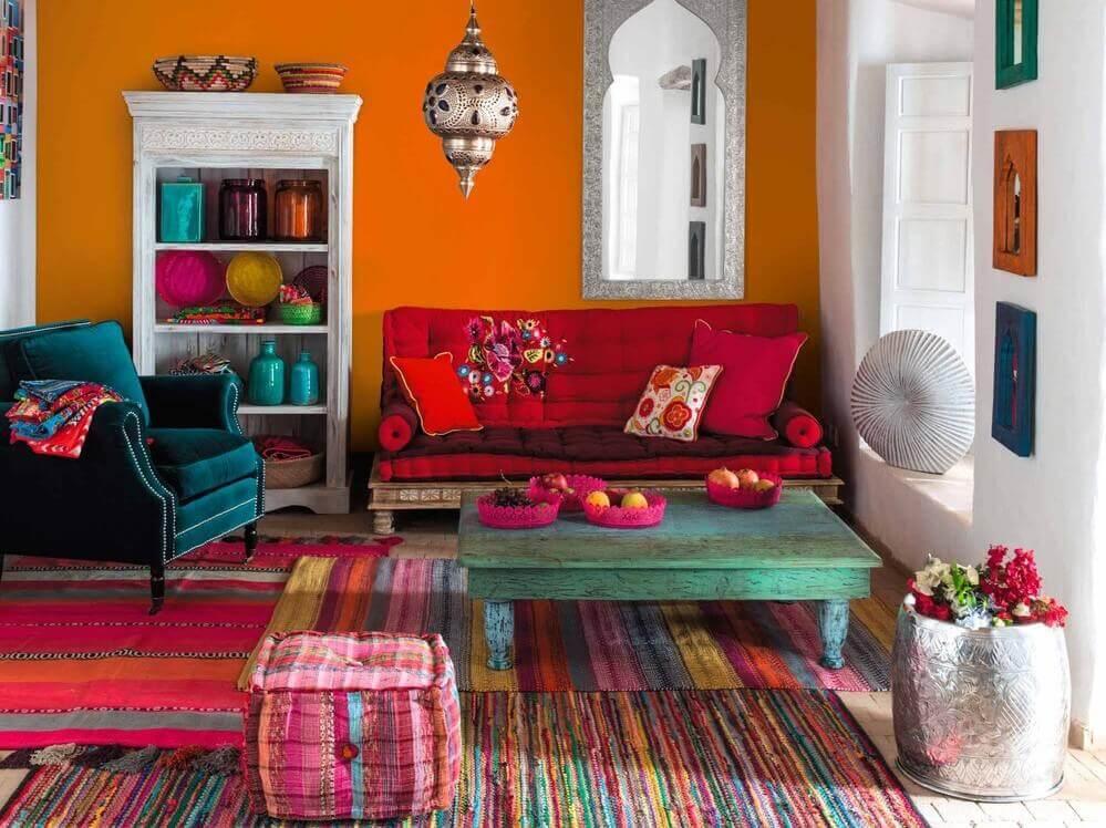 Vaser i farverig stue