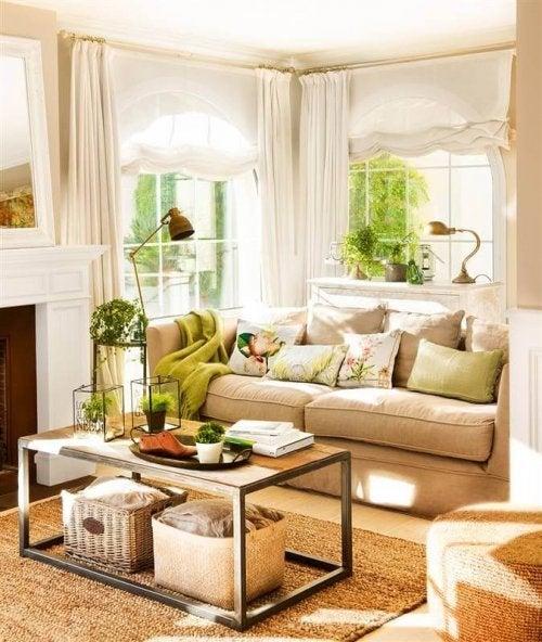 Stue med masser af naturligt lys