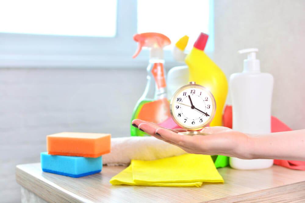 Ur og rengøringsmidler viser løsningen på at bo med en sjusket værelseskammerat
