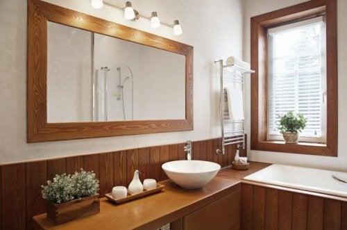 Naturlige badeværelser gør ofte brug af trå på gulv og vægge