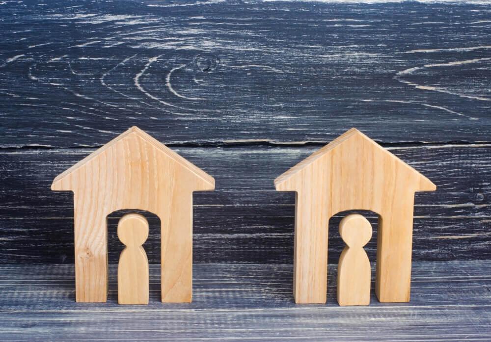 Billede af trædukker i to huse