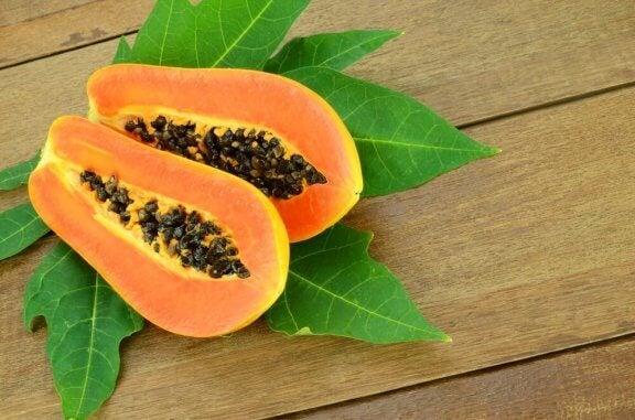 Tropiske planter: Papaja frugt.