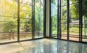 Et stort og lyst værelse med glas vinduer