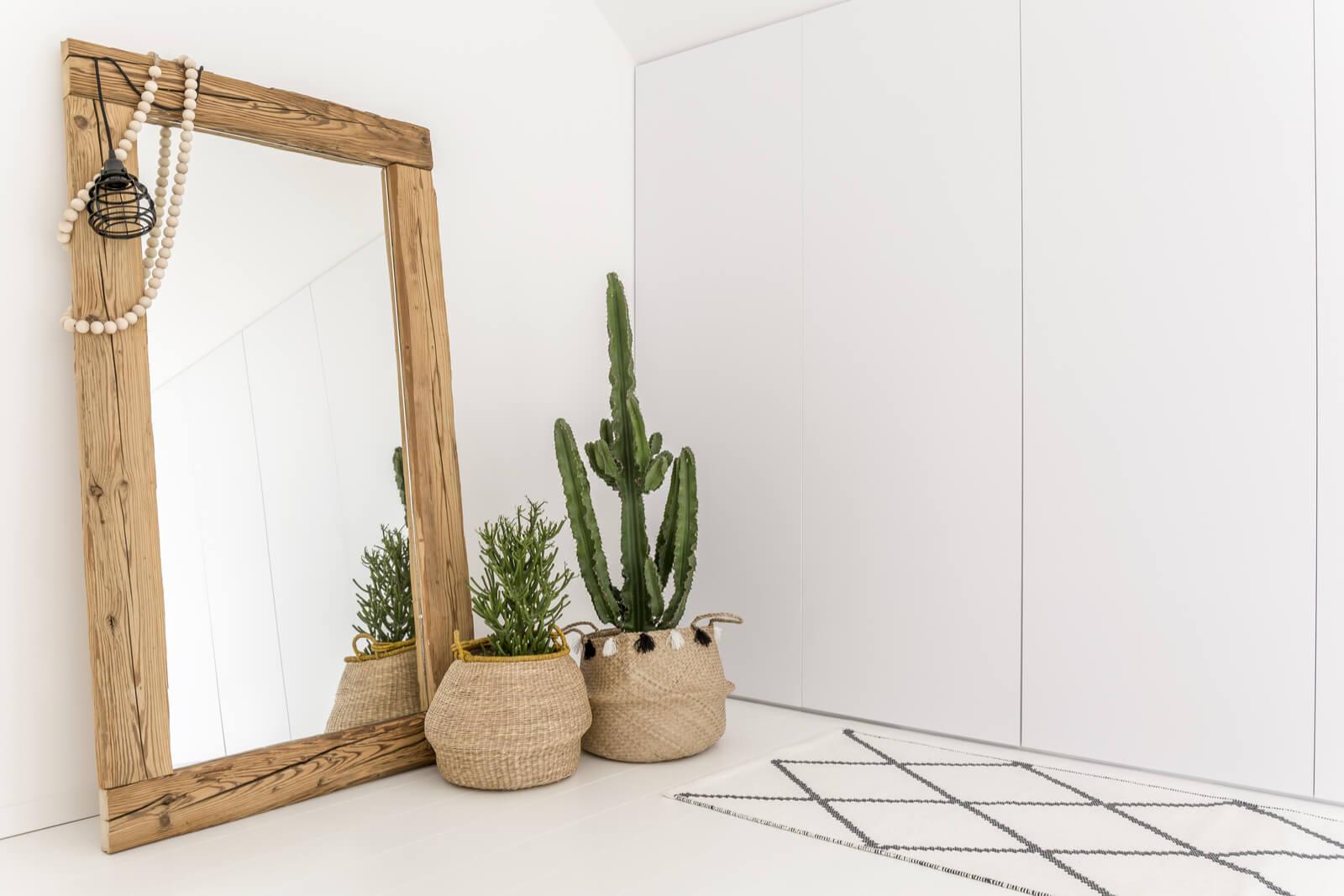 Et spejl står på gulvet
