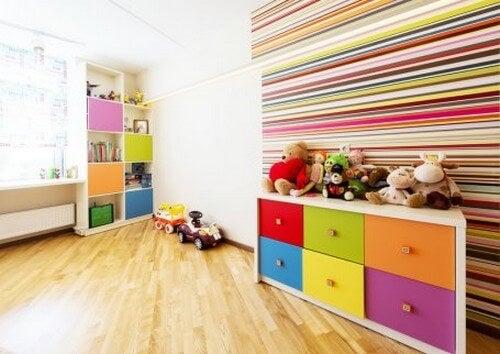 Et organiseret børneværelse med masser af farver
