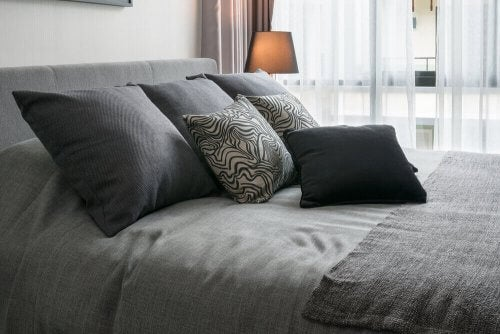 Dekorativt sengetøj kan også bidrage til æstetikken i dit soveværelse.