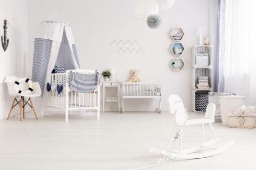 hvidt børneværelse