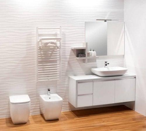 hvidt badeværelse med trægulv