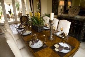 Et dækket bord med stearinlys