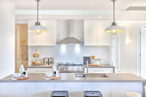 køkken med hvid indretning