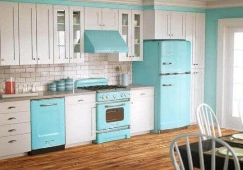 køkken i hvid og lyseblå