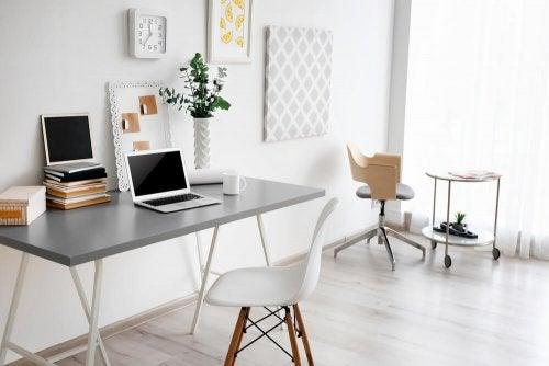 En minimalistisk kontorplads holdt i hvidt.