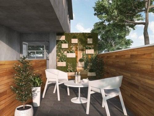 lille terrasse med hvide møbler