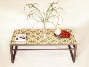 Et lille bord med hydrauliske fliser