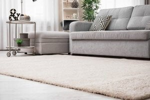tæpper skaber ro i en skandinavisk stue