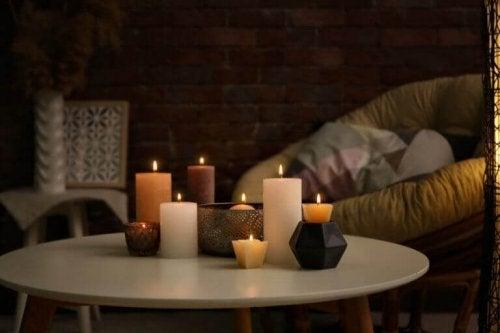 stearinlys på bord i et prisbilligt hus