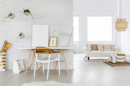 stue med guld og hvid indretning