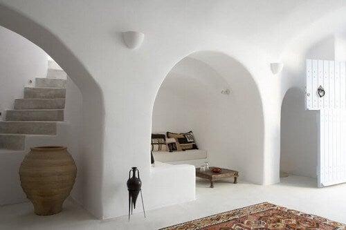 En tøndeformet hvælving med hvide betonvægge