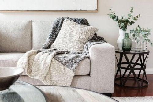 tæpper giver varme og passer godt til en hyggelig dekoration