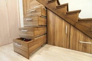 Skuffer under trappen til hjemmeopbevaring