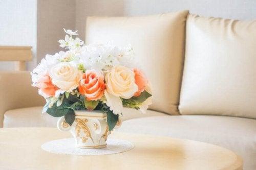 beige sofa og roser i orange nuancer