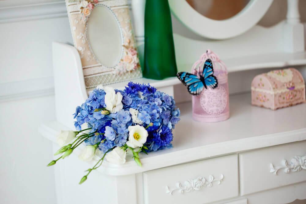 Blå sommerfugl udsmykker kommodetop.