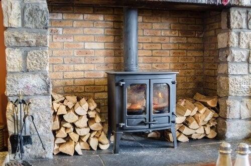 Sørg for at skabe plads til brændeopbevaring til din pejs i stuen