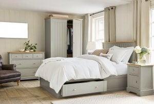 Et soveværelse med opbevaring under sengen