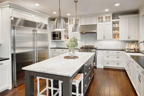 Stort hvidt åbent køkken