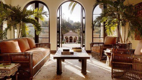En stue med tre store vinduer