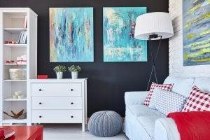 En flot indrettet stue med sofa og billeder til at opdatere dit hjem