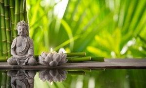 En buddha og lotus blomst