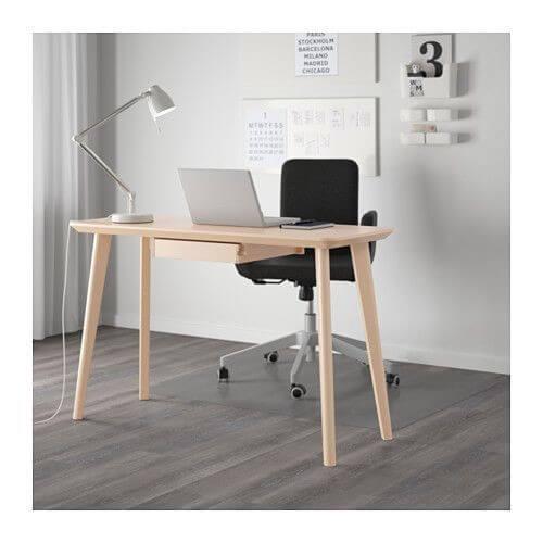 Enkelt skrivebord med bærbar