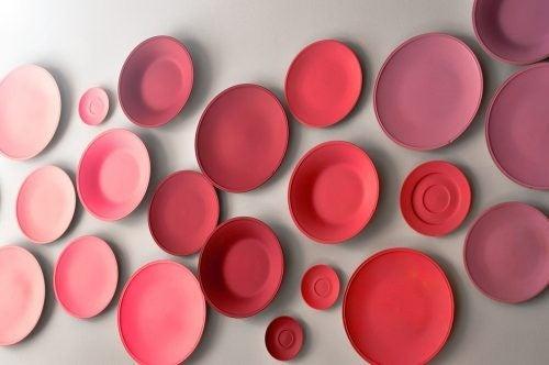 Farvede tallerkener i forskellige størrelser