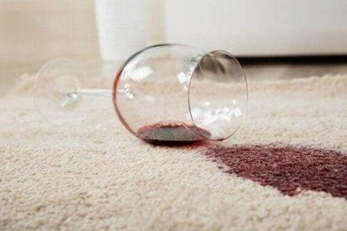 fjern vinpletter på dine tæpper