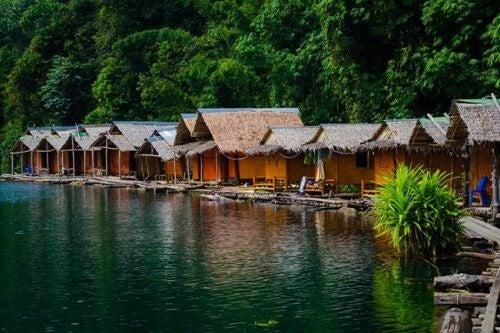 De flydende hytter i Thailand er lavet af bambus