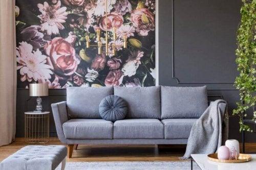 grå sofa og billede med roser