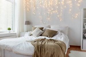 Et soveværelse med lyskranser
