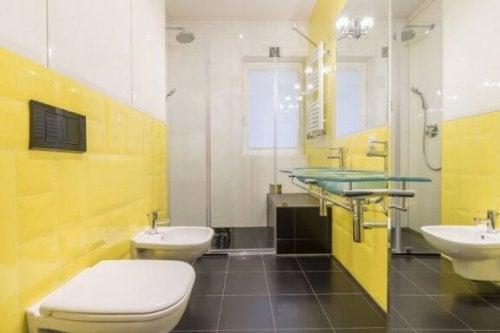 gule vægfliser i et badeværelse