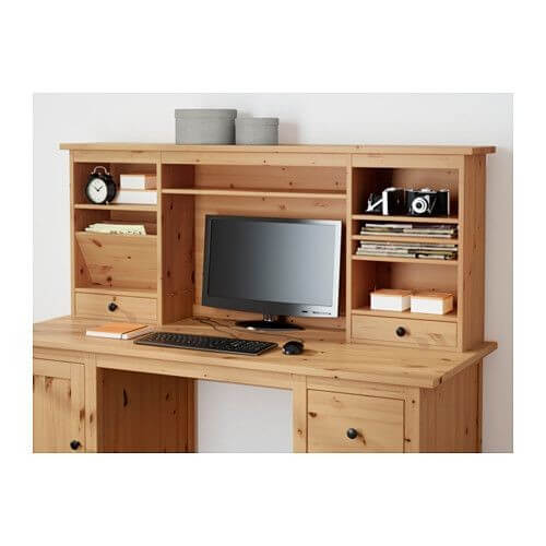 HEMNES-skrivebordet har masser af plads