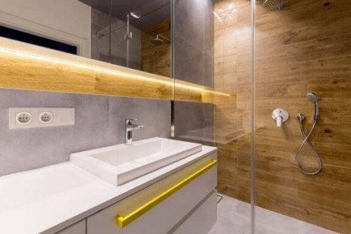indretning af badeværelset med træ