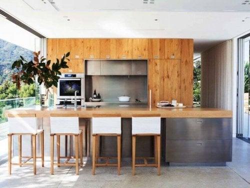 køkken indrettet med smart design for at få mere plads