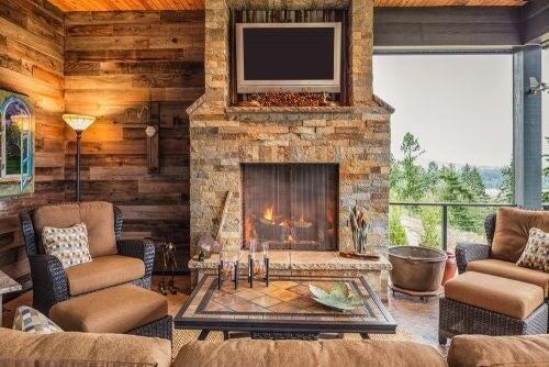 En klassisk stenpejs ser godt ud i ethvert hjem