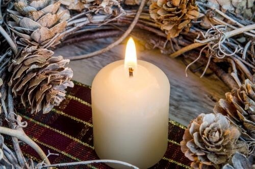 Brug en krans med stearinlys til at lave borddekorationer til efteråret