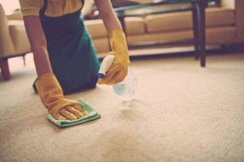 kvinde der gør tæppe rent