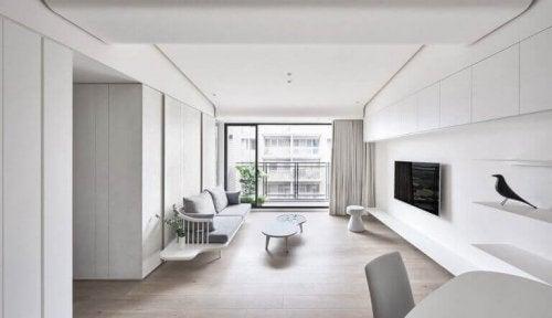 minimalistisk indretning af hvid stue med lige linjer