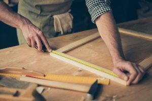 En mand laver en ramme som Dekoration af små værelser