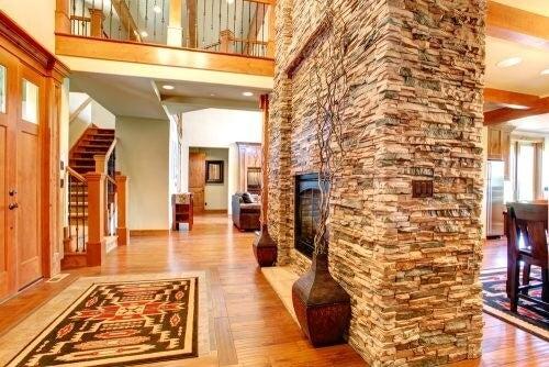 Naturlig stenvæg i hjemmet